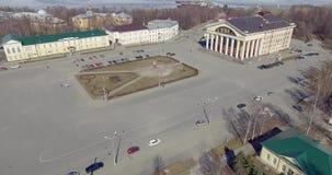 Flyg- panorama av sikten för stadsfyrkant med teatern på flyget upp stock video