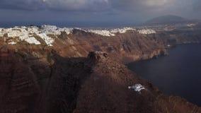 Flyg- panorama av Skaros vaggar och Imerovigli, Santorini stock video