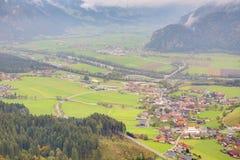 Flyg- panorama av städer och huvudvägar i en dal som omges av alpina bergsöder av Achensee i Tirol, Österrike Royaltyfri Bild