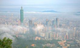Flyg- panorama av Taipei, huvudstaden av Taiwan, på en dimmig morgon fotografering för bildbyråer