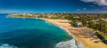 Flyg- panorama- bilder av Dicky Beach, Caloundra, Australien arkivbilder
