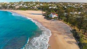 Flyg- panorama- bilder av Dicky Beach, Caloundra, Australien arkivfilmer