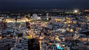 Flyg- panorama för natt av den Fira staden, Santorini stock video