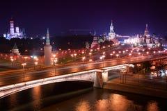 Flyg- panorama för natt till den Bolshoy Moskvoretsky bron, torn av MoskvaKreml och helgonet Basil Cathedral Royaltyfri Fotografi