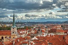 Flyg- panorama för scenisk sommar av den gamla stadarkitekturen i Prague, Tjeckien fotografering för bildbyråer