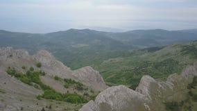 Flyg- panorama Flyget över berg, vaggar och skogar Förbluffa sikt av Krim arkivfilmer