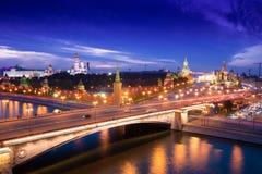 Flyg- panorama för natt till den Bolshoy Moskvoretsky bron, torn av MoskvaKreml och helgonet Basil Cathedral Arkivbilder