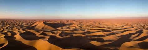 Flyg- panorama i den Sahara öknen på soluppgång arkivbild