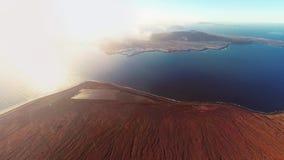 Flyg- panorama nära den Mirador del Rio de Janeiro synvinkeln, Lanzarote, kanariefågelöar, Spanien lager videofilmer