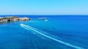 Flyg- panorama på man för vattenskidåkning i den härliga blåa lagun, Grekland lager videofilmer