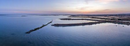 Flyg- panorama- seascapesikt för skymning av öppningen Olhao för salt träsk Royaltyfri Bild