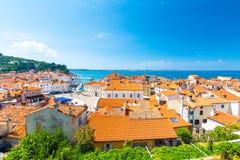 Flyg- panoramasikt av den Piran staden, Slovenien r r royaltyfri foto