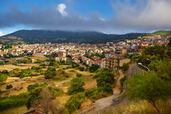 Flyg- panoramasikt av Orgosolo, Sardinia, Italien Royaltyfri Bild