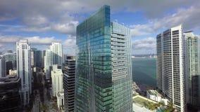 flyg- panoramasikt för surr 4k på att förbluffa högväxta skyskrapor på linjen Miami Florida havseascape för kust för dowtownstran arkivfilmer