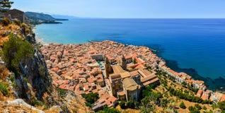 Flyg- panoramautsikt av byn Cefalu i Sicilien arkivbild