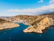 Flyg- panoramautsikt av den Balaklava fjärden i Krim, bergklippor och havet med skepp Härligt naturpanoramalandskap fotografering för bildbyråer
