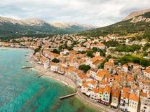Flyg- panoramautsikt av den Baska staden, populär touristic destination på ön Krk, Kroatien, Europa royaltyfria bilder