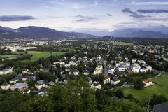 Flyg- panoramautsikt av den berömda historiska staden av Salzburg Arkivfoto
