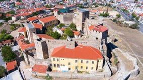 Flyg- panoramautsikt av den gamla bysantinska slotten i staden av Royaltyfri Foto