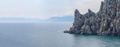 Flyg- panoramautsikt av den lösa stranden och klipporna på Krim arkivbild