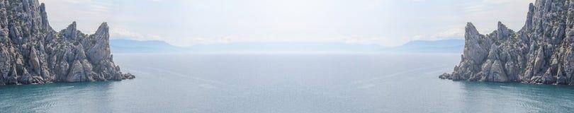 Flyg- panoramautsikt av den lösa stranden och klipporna på Krim royaltyfria bilder