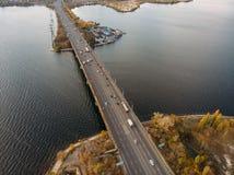 Flyg- panoramautsikt av den stora flod- och trans.bron över den med bilar i europeisk stad för höst arkivfoto