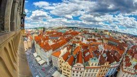 Flyg- panoramautsikt av gammal timelapse för grannskap för stadfyrkant i Prague uppifrån av stadshuset