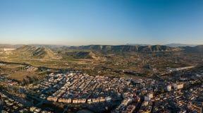 Flyg- panoramautsikt av liten stadkanaler i Spanien royaltyfri foto