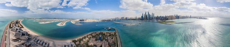 Flyg- panoramautsikt av Palm Jumeirah ön och marina, Dubai Arkivbilder