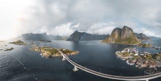 Flyg- panoramautsikt av Reine det traditionella fiskeläget i den Lofoten skärgården i nordliga Norge med det blåa havet royaltyfri bild