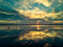 Flyg- panoramautsikt av solnedgången på sjön arkivfoton