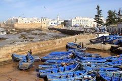 Flyg- panoramautsikt för Essaouira vallar i Essaouira, Marocko med traditionella blåa fiska skepp Essaouira är en stad royaltyfri foto