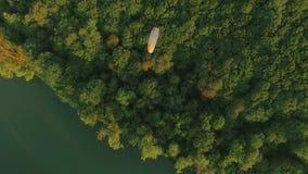 Flyg- paraplanehängningglidflygplan i luften ovanför flodstadskanjonen arkivfilmer