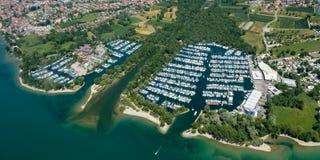Flyg- perspektiv till naturlig port av Langenargen på en sjö Royaltyfri Foto