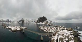 Flyg- punkt av sikten av Lofoten Surrpanoramalandskap av Reine och Hamnoy fiskel?gen med fjordar och berg i bet royaltyfri fotografi