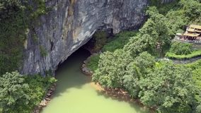 Flyg- rörelse till den forntida grottan med floden i nationalpark arkivfilmer