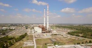 Flyg- resningskott av Smokey Chimneys Polluting Earth Documentary stil arkivfilmer