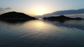 Flyg- reträttsikt av det lugna havet på solnedgången stock video
