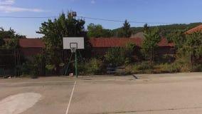 Flyg runt om den tomma basketkursen i sommaren stock video