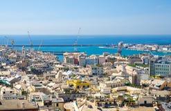 Flyg- scenisk panoramautsikt för överkant från över av gamla historiska mittfjärdedelområden av den europeiska staden Genua arkivfoton