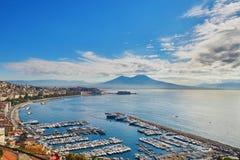 Flyg- scenisk sikt av Naples med den Vesuvius vulkan på soluppgång Arkivbilder