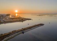 Flyg- seascapesikt för soluppgång av öppningen Olhao för salt träsk, Algarve Royaltyfria Bilder