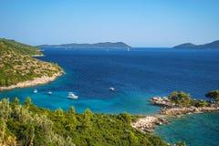 Flyg- seascapesikt till turkosvatten av Adriatiskt havet och öar i avståndet, nära staden Dubrovnik i Kroatien berömdt royaltyfri foto