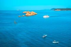 Flyg- seascapesikt till turkosvatten av Adriatiskt havet och öar i avståndet, nära staden Dubrovnik i Kroatien berömdt royaltyfria bilder