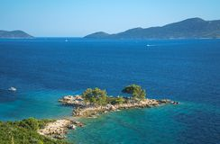 Flyg- seascapesikt till turkosvatten av Adriatiskt havet och öar i avståndet, nära staden Dubrovnik i Kroatien berömdt arkivfoto