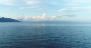 Flyg- Sicilien kust med det härliga lugna havet i aftonhimlen 4K 50fps lager videofilmer