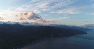 Flyg- Sicilien kust med det härliga lugna havet i aftonhimlen 4K 50fps stock video
