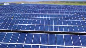 Flyg- sidorörelsesikt på solenergiväxten, härligt bygdlandskap, paneler för ren energi lager videofilmer