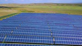 Flyg- sidorörelsesikt på solenergiväxten, härligt bygdlandskap, paneler för ren energi arkivfilmer