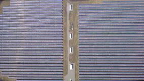 Flyg- sidorörelsesikt på solenergiväxten, härligt bygdlandskap, paneler för ren energi stock video